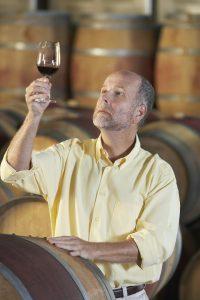 Jean-Pierre, sommelier goute un vin